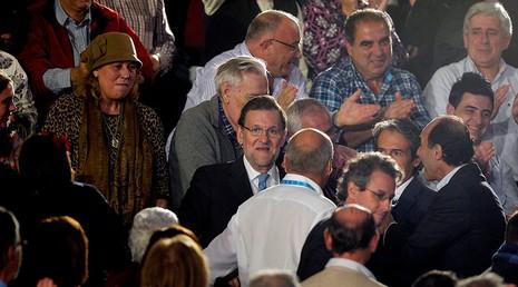 Thủ tướng Tây Ban Nha bất ngờ bị đấm vào mặt - ảnh 1