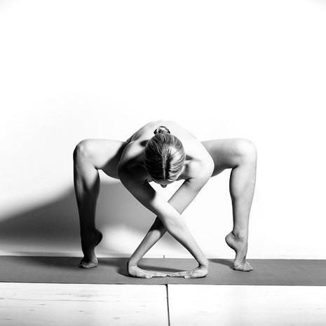 Cô gái khỏa thân tập yoga 'gây sốt' cộng đồng mạng - ảnh 5