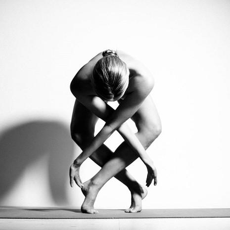 Cô gái khỏa thân tập yoga 'gây sốt' cộng đồng mạng - ảnh 6