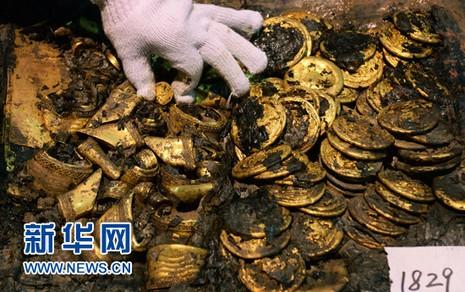 Phát hiện hàng trăm 'bánh vàng' trong mộ cổ hoàng đế bị truất ngôi - ảnh 4