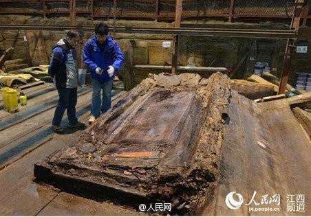 Phát hiện hàng trăm 'bánh vàng' trong mộ cổ hoàng đế bị truất ngôi - ảnh 7