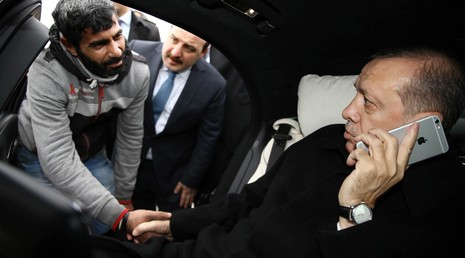 Tổng thống Thổ Nhĩ Kỳ cứu người nhảy cầu tự tử - ảnh 1
