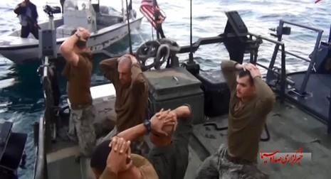 Lính hải quân Mỹ bật khóc khi bị Iran bắt giữ  - ảnh 1