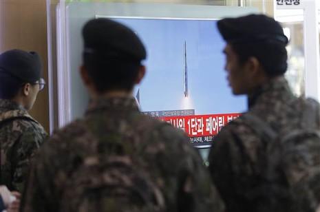Mảnh vỡ tên lửa Triều Tiên bay qua lãnh thổ Nhật Bản - ảnh 1