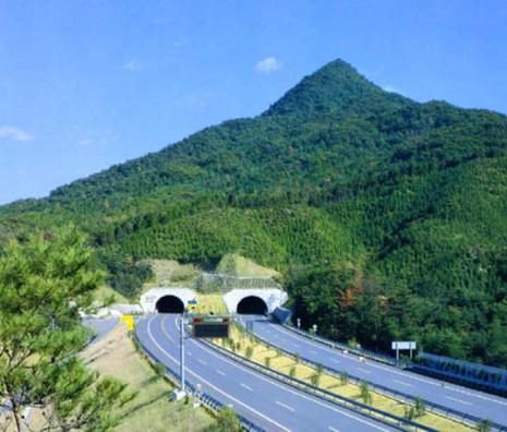 Đâm xe liên hoàn đường hầm cao tốc Nhật - ảnh 1