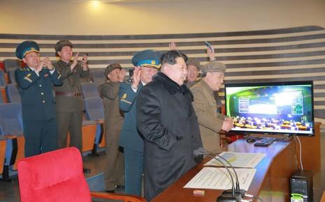 Ông Kim Jong Un kiểm tra bệ phóng tên lửa đa nòng mới - ảnh 1