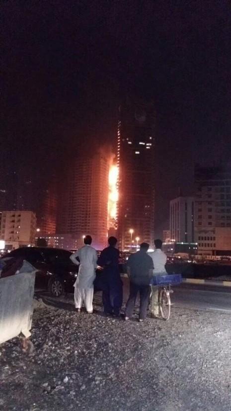 Cháy dữ dội tại khu chung cư cao tầng ở UAE - ảnh 1