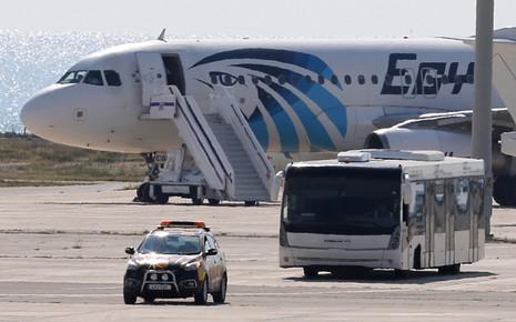 Vụ cướp máy bay Ai Cập: Tên không tặc đã bị bắt - ảnh 7