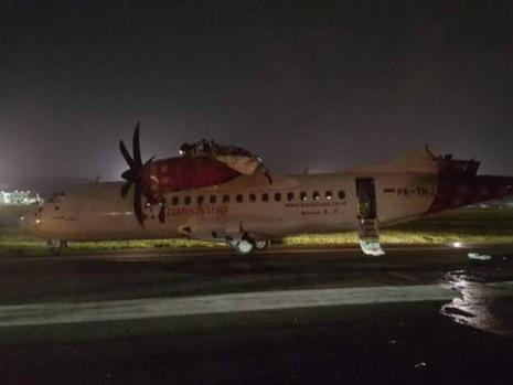 Hai máy bay va quẹt trên đường băng, bốc cháy ở Indonesia - ảnh 1