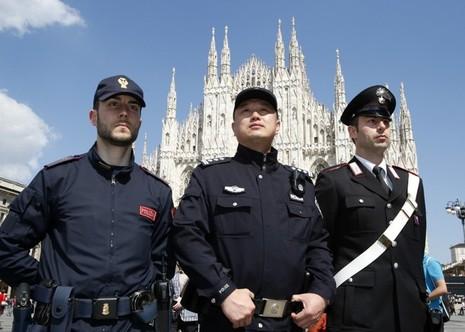Cảnh sát Trung Quốc tuần tra trên đường phố Ý - ảnh 1