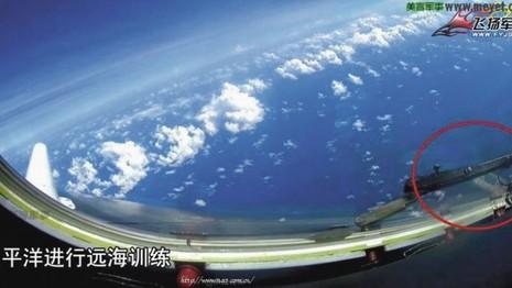 Máy bay ném bom Trung Quốc bay trên đá Chữ Thập - ảnh 1