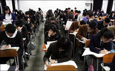 Cha mẹ Hàn Quốc đua nhau cho con tiêm 'mũi thông minh' - ảnh 2