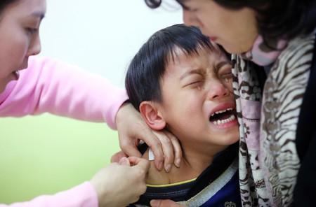 Cha mẹ Hàn Quốc đua nhau cho con tiêm 'mũi thông minh' - ảnh 1