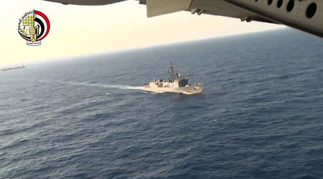 Tìm thấy mảnh vỡ và hành lý của máy bay Ai Cập mất tích - ảnh 1