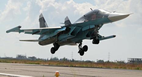Su-34 Nga dội bom phá hủy cơ sở dầu của IS ở Syria - ảnh 1