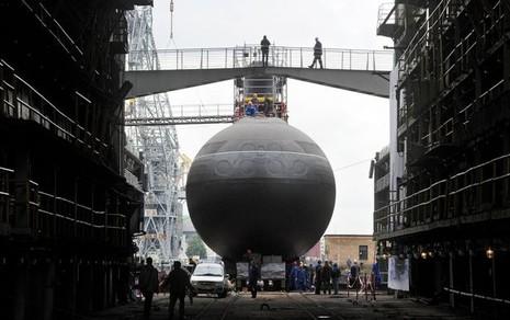 Tàu ngầm Nga bị chiến hạm Anh chặn ở Biển Bắc - ảnh 1