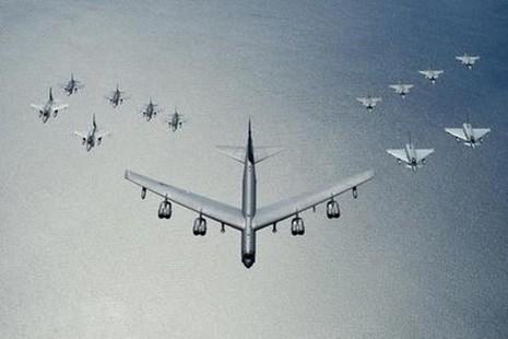 'Pháo đài bay' B-52 Mỹ áp sát biên giới Nga - ảnh 1