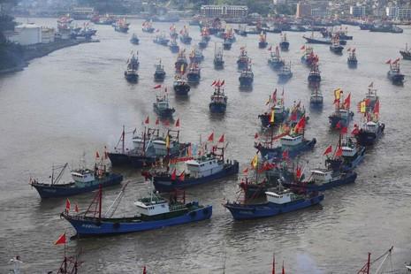 Bị truy quét gắt gao, tàu cá Trung Quốc rút khỏi vùng biển liên Triều  - ảnh 1