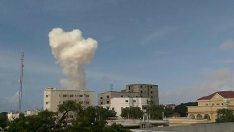 Cột khói dày đặc bốc lên từ hiện trường nổ bom xe