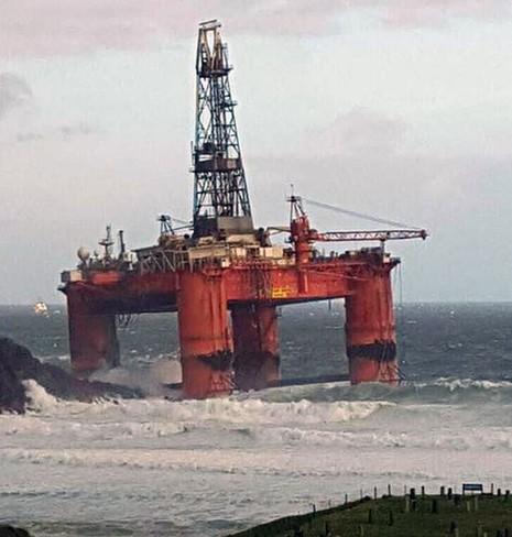 Giàn khoan dầu 17.000 tấn bị gió cuốn trôi ở Scotland