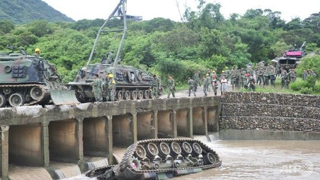 xe tăng Đài Loan lật nhào xuống sông