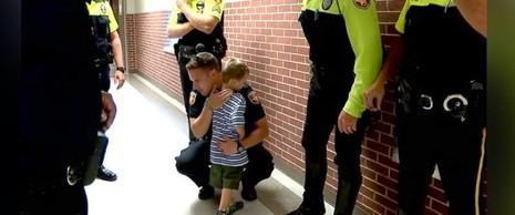 Cậu bé Jackson được 18 cảnh sát hộ tống tới trường