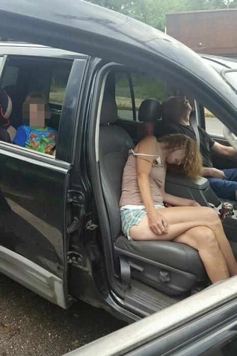 cha mẹ phê thuốc trong xe ở Mỹ
