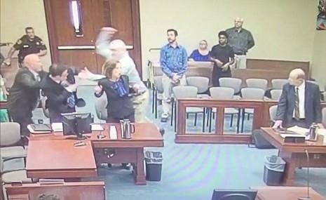bị cáo tấn công công tố viên tại tòa