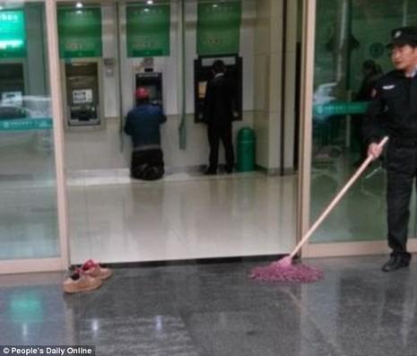đôi giày bẩn trước trụ ATM
