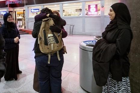 Hạnh phúc vỡ òa vì sắc lệnh nhập cư của Trump bị bác - ảnh 1