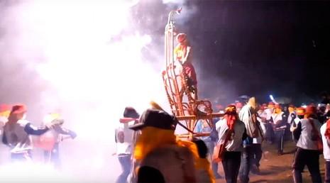 Đáng sợ lễ hội ném pháo hoa vào người ở Đài Loan - ảnh 1