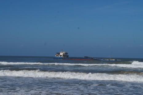 3.000 tấn than trên tàu mắc cạn đe dọa biển Thừa Thiên - ảnh 1