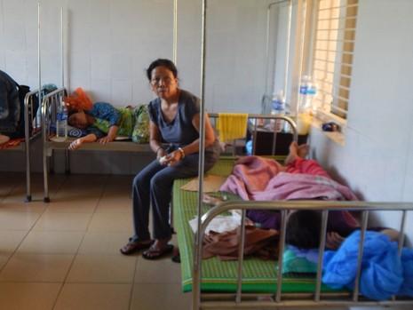 Gần 30 người lần lượt nhập viện sau khi ăn bánh tét - ảnh 1
