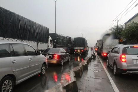 Xe tải lật nghiêng trên quốc lộ 1A, kẹt xe 10 km - ảnh 3