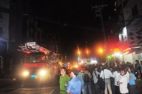 Giải cứu 11 người mắc kẹt trong vụ cháy khách sạn ở trung tâm TP - ảnh 6