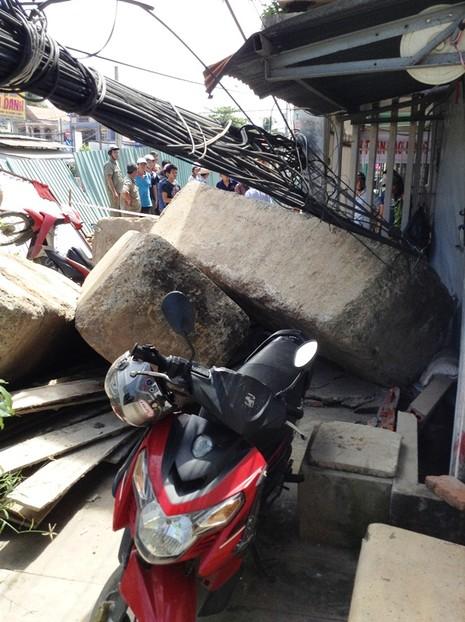 Khối bê tông chục tấn nghiêng đổ, đè nát 4 xe máy - ảnh 6