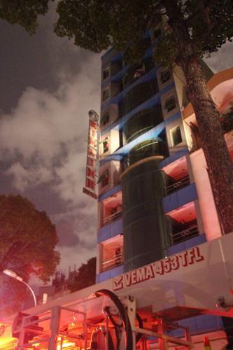 Giải cứu 11 người mắc kẹt trong vụ cháy khách sạn ở trung tâm TP - ảnh 1
