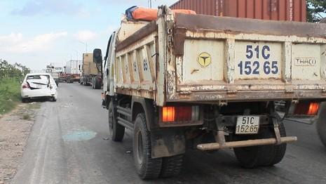 Taxi móp đuôi, xe tải móp đầu sau cú tông kịch liệt - ảnh 1