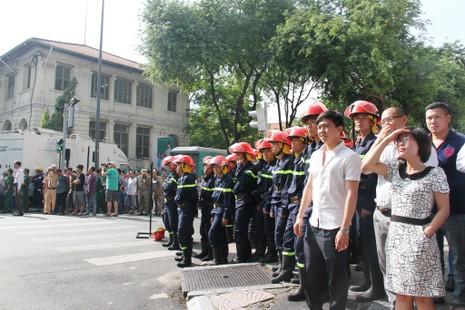 Hàng ngàn người diễn tập chữa cháy ở trung tâm Sài Gòn  - ảnh 6