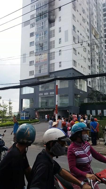 Cháy ở lầu 7 của cao ốc, cư dân hốt hoảng bỏ chạy - ảnh 2