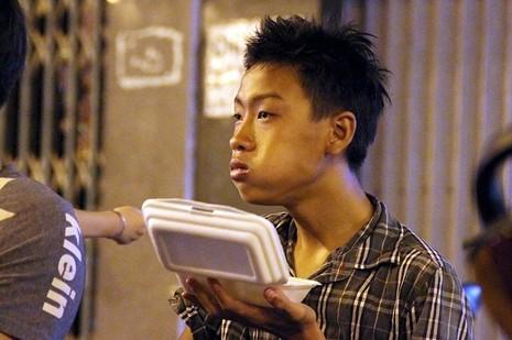 Cảnh người dân phải 'màn trời chiếu đất' vì vụ cháy ở trung tâm Sài Gòn - ảnh 5