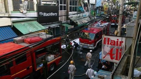 Cháy kèm nổ ở ngôi nhà ba tầng, người dân hốt hoảng tháo chạy - ảnh 2