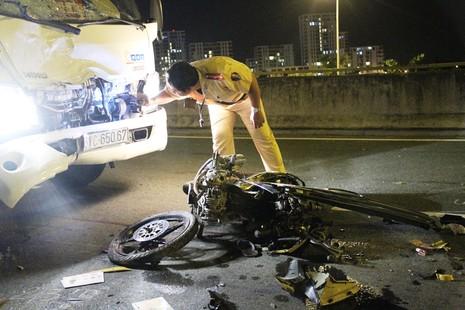 Thanh niên chạy xe máy ngược chiều, húc móp đầu xe tải - ảnh 3