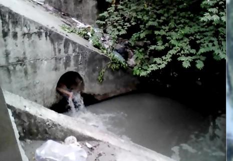 Giải cứu cô gái ngáo đá chui vào ống cống, lấy đá đập đầu - ảnh 1