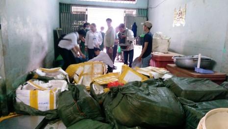 2 tấn thịt bẩn nghi từ Trung Quốc bị bắt trên đường vào quán nhậu - ảnh 1