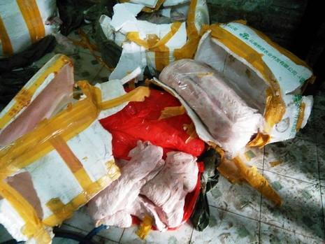 2 tấn thịt bẩn nghi từ Trung Quốc bị bắt trên đường vào quán nhậu - ảnh 2