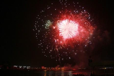 Lung linh pháo hoa chào năm mới Bính Thân - ảnh 1