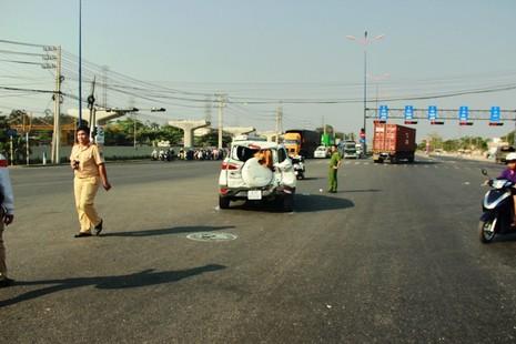 Xe rác húc văng ô tô 20 m, bốn người hoảng loạn kêu cứu - ảnh 2