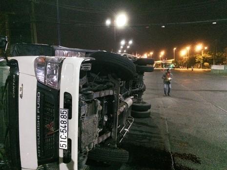 Xe tải mất lái lao vào nhà dân - ảnh 1