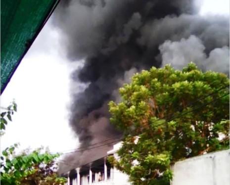Khói lửa bao trùm xưởng may, hàng trăm công nhân chuyển đồ - ảnh 1